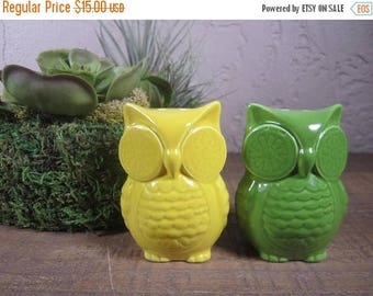 ON SALE Vintage Salt & Pepper Owl Shakers / Mid Century Modern Decor / Owl salt and Pepper