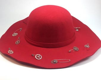 a red hat made of felt, a steampunk hat, an hat for autumn, a warm hat, a hat made of wool