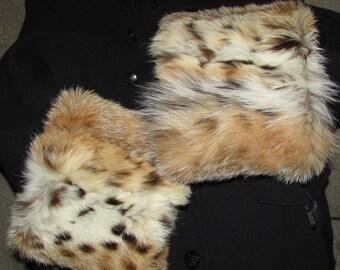 """Chic paire de manchettes  (cuffs) géante  de véritable fourrure de  lynx /Beautiful pair of  real lynx fur cuffs     19""""1/2 X 6"""""""