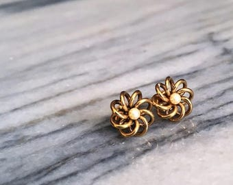 Small Wire and Faux Pearl Earrings / Vintage Earrings / Stud Earrings / Flower Earrings