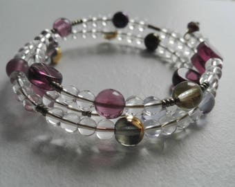 Golden harmonic wire bracelet with glass beads