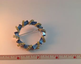 Round brooch in blue crystal and rhinestones