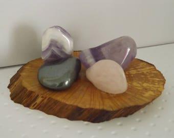 Centre de table - pour fête, mariage, anniversaire - Décoration de table - objet tout en pierres minérales naturelles sur tranche de bois