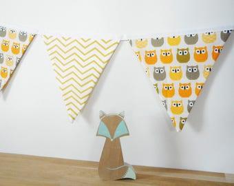Guirlande de 14 fanions en tissu - tissu écru imprimé hiboux - tissu blanc imprimé chevrons jaunes - Décoration murale chambre enfant