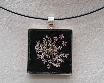 Round neck + square pendant 2.5 cm, resin and dried flower white/purple