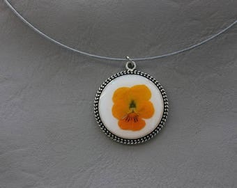 Round neck + pendant 3cm resin and dried flowers Pansy yellow/orange round