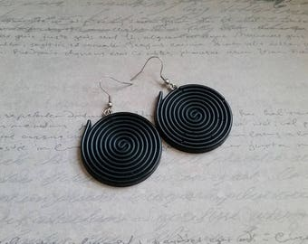 Dangle earrings shaped large roll of licorice 4 cm in black resin