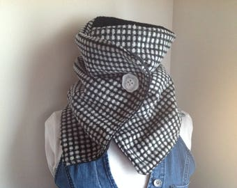 Neck scarf feet of black and white houndstooth fabric