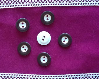 Set of 6 brown/white buttons