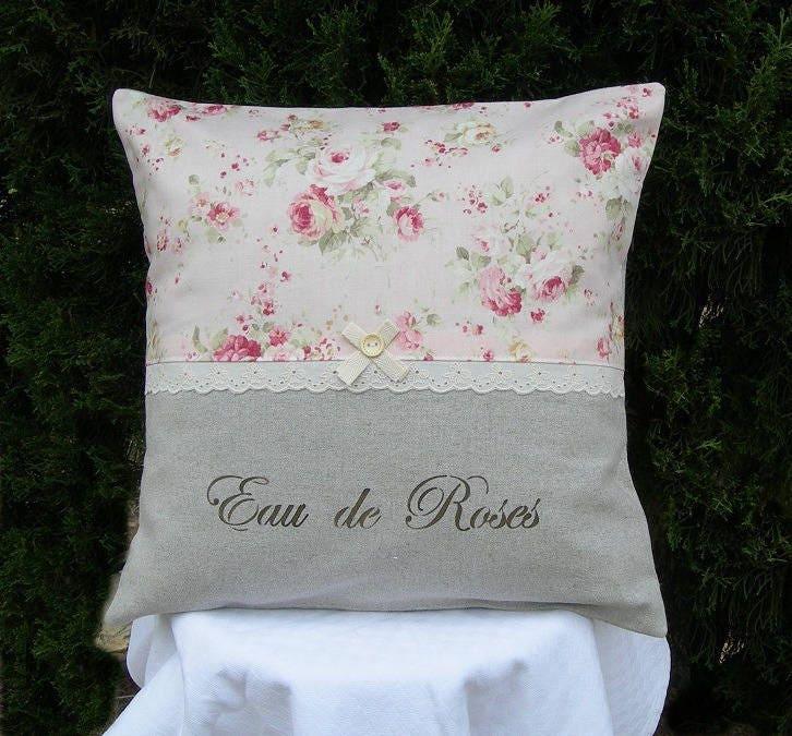 coussin shabby chic et romantique en m tis taupe avec roses. Black Bedroom Furniture Sets. Home Design Ideas