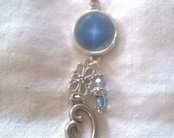 Pendant 14 mm silver sparkle in a blue resin cabochon