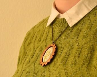 Geborduurde ketting - Vintage look sieraad, een mooie handgemaakte ketting met hout en katoen. Met fluitenkruid