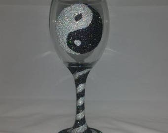 Yin yang glitter glass, yin yang, glittered glasses, glitter gifts, birthday glasses, gifts for women, gifts for men, glitter wine glass