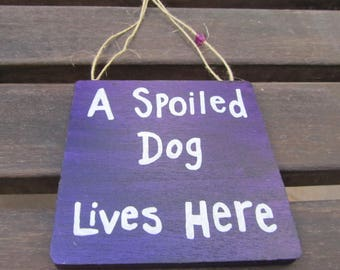 Gift Dog Lover - A spoiled dog lives here - Handpainted wooden sign - Funny wall decoration - Plaque - Purple - Great giftidea - Dogs