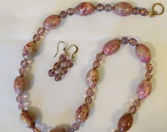 Rose peint et ensemble de bijoux de perle de verre