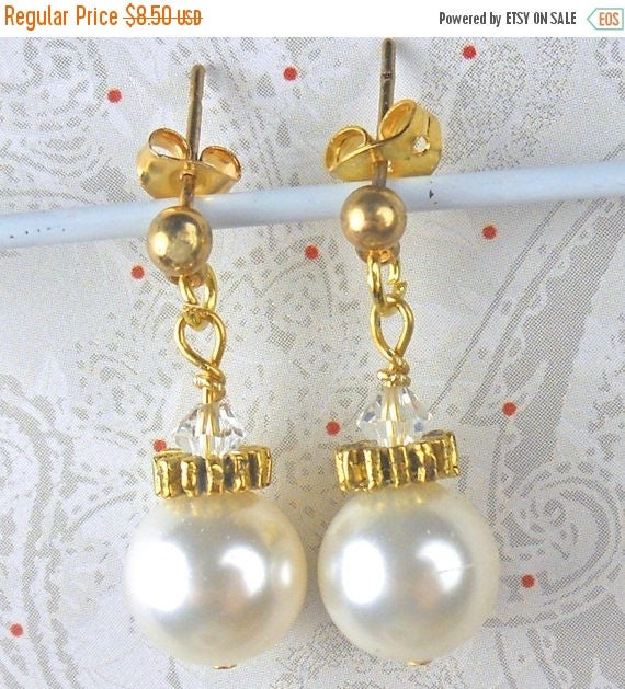 SALE, 50%, Pearl Ornament Earring on posts, wedding pearls, holiday earrings, pearl earrings, gold earrings, bridesmade, bride, mother of br