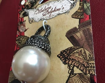 Antiqued style Victorian Pearl Pendant Accent