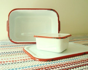 Vintage white & red enamelware pans, 2 covered refrigerator dishes, enameled steel, 1950s diner style, mid-century kitchen, camping gear