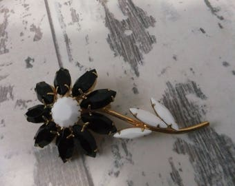 Vintage Daisy Flower Pin Brooch Black and White Glass Navettes Gold Tone Retro Costume Jewelry