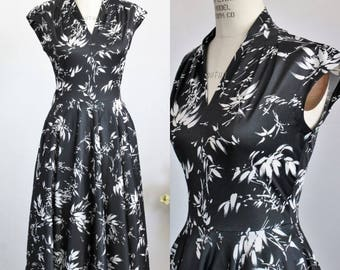 Vintage 1970s Dress / 70s Black And White Floral Print Dress / Disco Era / Fit And Flare / Novelty Print / Asian Oriental Style / Full Skirt