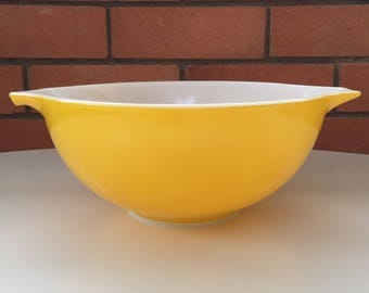 Yippee for yellow Pyrex mixing bowl Made in USA 22cm diameter