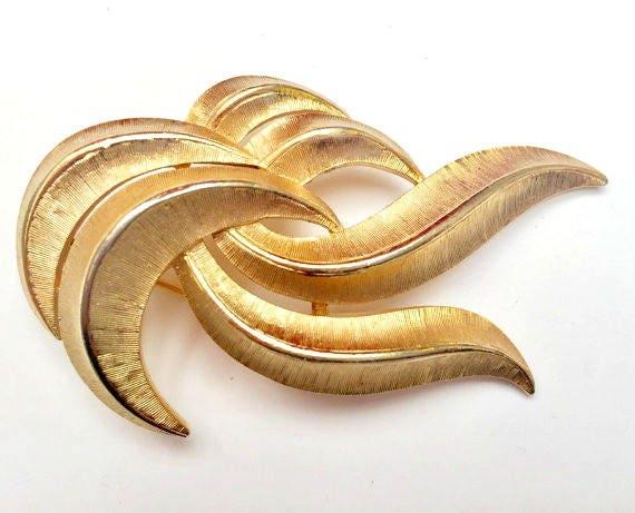 Crown Trifari  Gold - Mid century - brushed gold tone metal - Swirl Pin