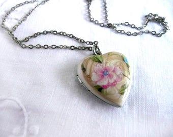 Vintage heart locket - pink flower locket - 1970s heart shaped locket - vintage flower heart locket