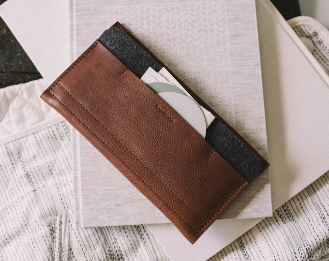 "Wallet for iPhone 8, fits iPhone 7, iPhone 6S, leather, wool felt, ""Carrier"", by band&roll"