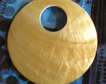 Very large mother-of-pearl disc, white yellow, ø 7cm, shell disc