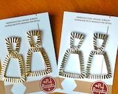 Reproduktion der 50er Jahre/Anfang der 60er Jahre rechteckige Ohrringe aus Metall mit Nieten!