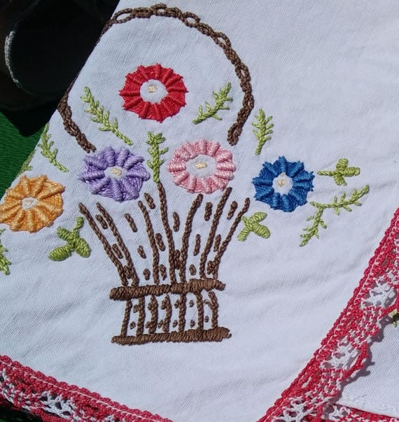 Antique Floral Basket French Shelf Edging Home Decor Red Lace Trim White whith Hand Embroideries Valance Sewing Project #sophieladydeparis