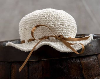 Romantic hat form mummy and daughter