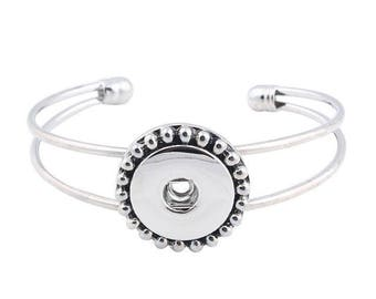 Open to snap bracelet