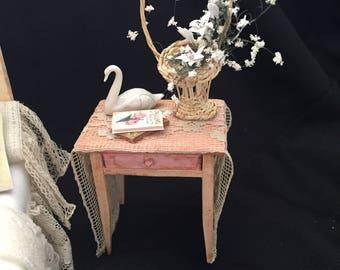 Table d'appoint rose avec cygne en porcelaine