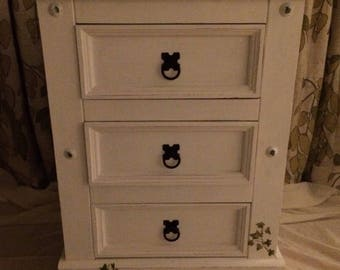 Lovely little chest of drawers!
