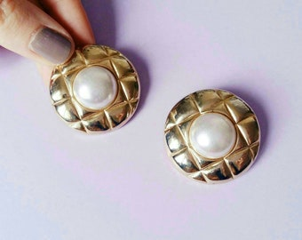 Vintage golden quilted clip on earrings, faux pearl cabochon from 90's