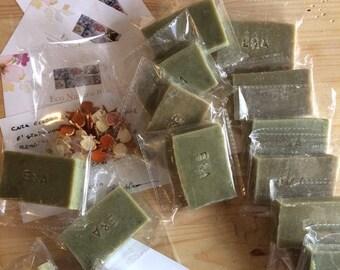 Set di 50 saponi artigianali personalizzati da 30-40g rettangolari con incisione. Sapone all'olio extravergine di oliva a scelta.