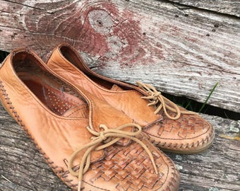Vintage Leather Huarache style lace ups  Women's size 6  Leather Sandals. Slip ons. Summer Shoes. Dexter. Hipster. Comfy Flat