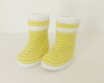 Let us put on boots baby birth in 12 yellow and white woolen hand-knitted months
