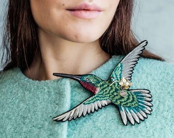 "Embroidered Brooch ""Hummingbird"" in greenery color"