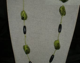 Col039 - Necklace black beads and marbled green beads