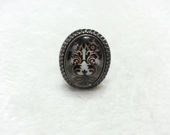 Oval bronze damask black & white ring