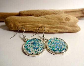 Resin and glitter green and blue - white round earrings