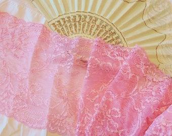 Dentelle bordure brodée sur tulle large rose poudré