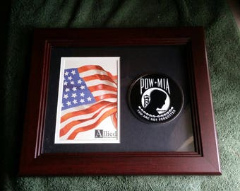 "vintage allied flag co - pow - mia picture frame w/ 3.75"" madallion - wall hanging or deck easel - army marine military soldier prisoner usa"