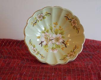 A Sadler bonbon dish, Apple blossom design.