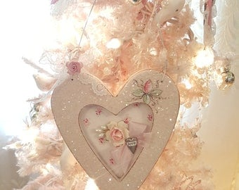 Vintage Shabby Chic Wood Heart Cottage Ornament Hand Painted Roses Wood Cutout Heart Hanger Sugar Glitter Ornament Love Valentine Decor