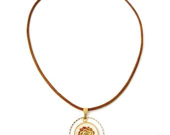 """Collier Aiyana : bijou femme en cuir, laiton doré et cabochon, pendentif """"Echeveria"""" succulent, illustration plante grasse, bijoux nature"""