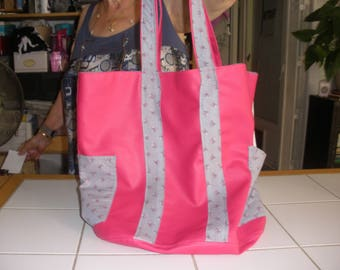 Tote bag with large capacity, reversible, very modern with its bright pink faux leather and floral print