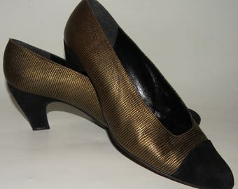 1980s 80s Stuart Weitzman for Mr. Seymour Pumps / GOLD & Black cap toe pumps / Suede Leather Shoes / LUXE / women 10B